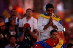 Nicolás Maduro reza a su llegada a un acto de campaña.