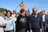 El presidente de Cataluña, Quim Torra (segundo, por la dcha.), y el ex 'lehendakari' vasco, Juan José Ibarretxe (con gorra), en la macha de protesta por la sentencia del 'procés', el 16 de octubre.