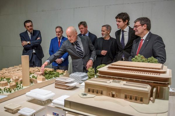 El arquitecto británico muestra la maqueta a las autoridades.
