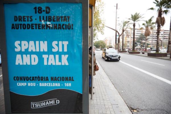 Publicidad del movimiento Tsunami Democrático, convocando a una...