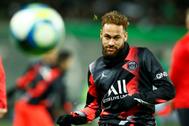 Neymar, antes del partido entre el Saint-Etienne y el PSG.