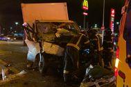 Estado en el que quedó la furgoneta tras el accidente en la Avenida de los Poblados.