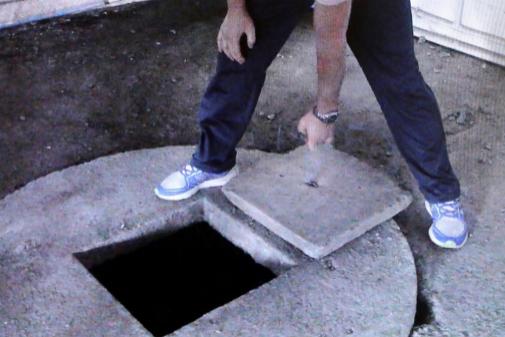 José Enrique Abuín, durante la reconstrucción del crimen, abre la tapa del pozo donde metió a Diana Quer.