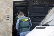 Agentes de la Guardia Civil, este martes, accediendo a la vivienda registrada en Onda.
