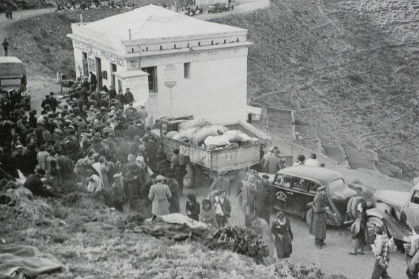Españoles cruzando la frontera en 1939.