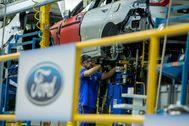 Un trabajador en la cadena de montaje de Ford Almussafes.