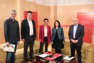 Los socialistas Adriana Lastra y Rafael Simancas, con los representantes de Bildu para negociar la investidura de Pedro Sánchez este martes en el Congreso.