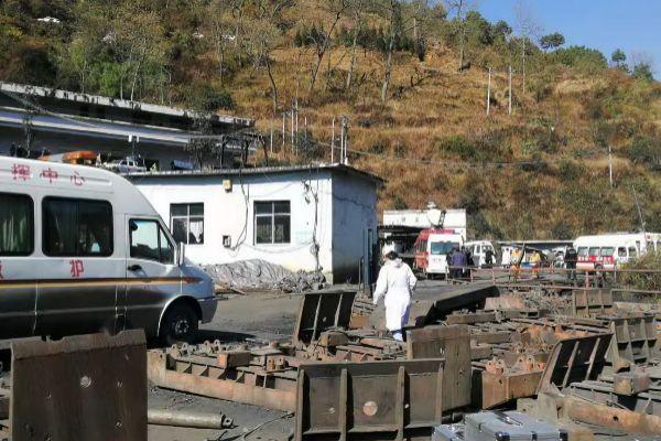 Personal de rescate acude a la mina en la que se ha producido una explosión, en Gaunglong, China.