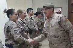 El jefe del Estado Mayor de la Defensa de España, Fernando Alejandre, saluda a las tropas desplegadas en la base Hamid Karzai del Aeropuerto Internacional de Kabul.