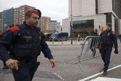 GRAFCAT9066. <HIT>BARCELONA</HIT>.-Mossos d'Esquadra ante el hotel Sofía de <HIT>Barcelona</HIT> donde en unas horas se concentrarán el FC <HIT>Barcelona</HIT> y el <HIT>Real</HIT> <HIT>Madrid</HIT> antes de el clásico de La Liga que este miércoles disputarán los dos equipos en el Camp Nou y que se considera de alta tensión ante la protesta anunciada por Tsunami Democràtic, por lo que se desplegará desde primera hora un amplio dispositivo de seguridad, con más de 3.000 agentes, incluyendo seguridad privada, para garantizar su celebración. Quique García