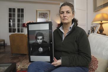 Katja Faber Argenta, ayer, en su casa de Málaga, mostrando una imagen de su hijo Alex, asesinado con 23 años.