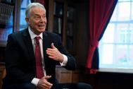 El ex primer ministro británico Tony Blair habla durante una conferencia en Londres.