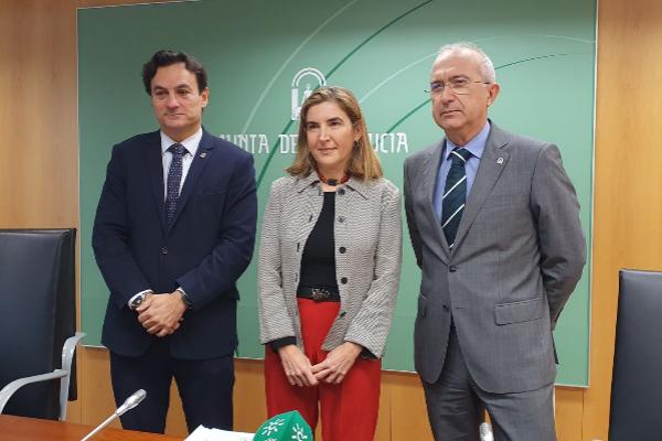 La consejera Rocío Blanco, con dos altos cargos de su departamento, este miércoles en Sevilla.