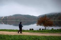 GRAF4515. <HIT>OURENSE</HIT>.- Una persona camina por el embalse de Cachamuiña inmerso en la niebla esta mañana en <HIT>Ourense</HIT>. Tras varios días desapacibles por culpa del viento y la <HIT>lluvia</HIT>, sobre todo en el Mediterráneo, el tiempo mejora en general de cara al puente de la Constitución y la Inmaculada, con temperaturas que podrían superar los 20 grados en puntos del mediterráneo andaluz, Murcia, Baleares y Comunidad Valenciana.