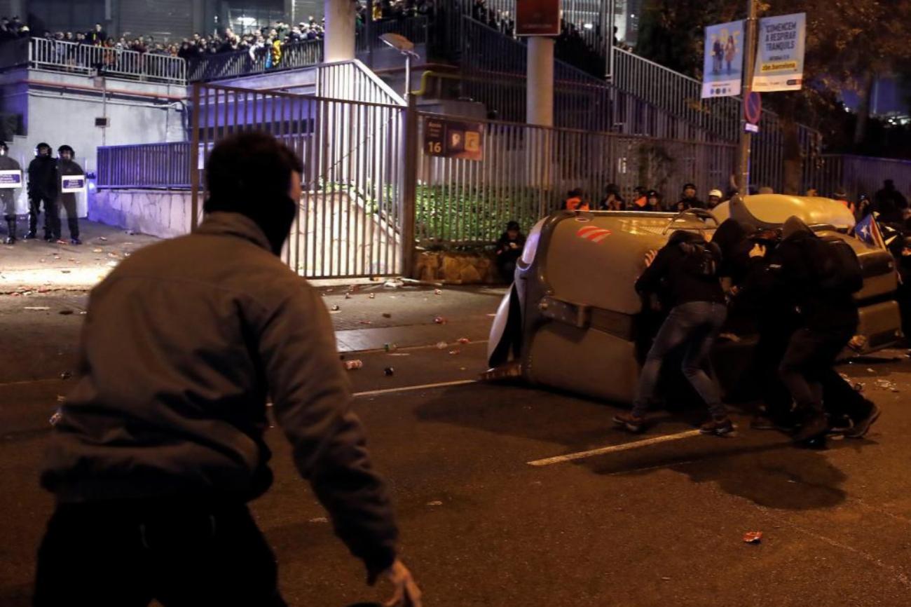 Los radicales tratan de entrar al Camp Nou por la puerta de acceso 18 cubriéndose con contenedores.