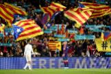 Banderas esteladas en el Camp Nou.