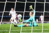 Ter Stegen detiene un balón frente a Bale.