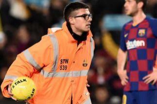 Invasión de pelotas amarillas en el césped del Camp Nou