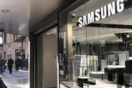 Imagen del nuevo establecimiento de Samsung en Valencia, con la tienda de Apple visible al fondo.