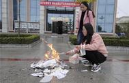 La imagen de dos bibliotecarias quemando libro que incendió las redes.