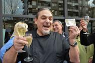 Un hombre celebra el premio Gordo de la Lotería con dos copas de champagne