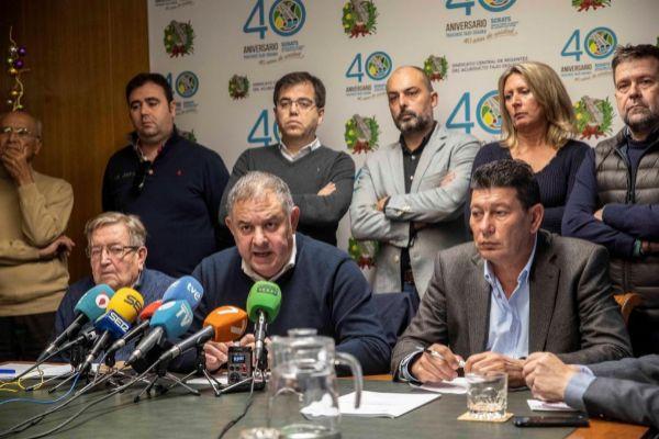 El presidente del Sindicato Central de Regantes del Tajo Segura, Lucas Jiménez y su junta directiva, ayer en Murcia. EFE