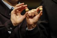 Bolas con número y premio de la Lotería de Navidad