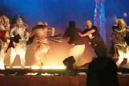 Momento en el que un hombre accede al escenario con un cuchillo, en un espectáculo en Riad.