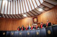 Jueces del Tribunal Supremo de Justicia de Veneciela hacen pública su decisión, en Caracas.