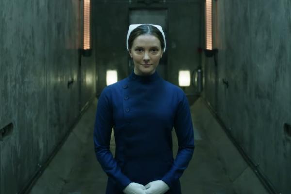 La actriz Morfydd Clark, en la serie 'La materia oscura'.