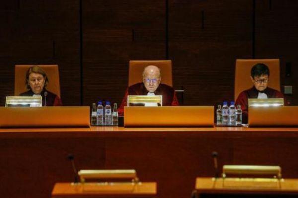 Los magistrados del Tribunal de Justicia de la UE, durante la lectura...