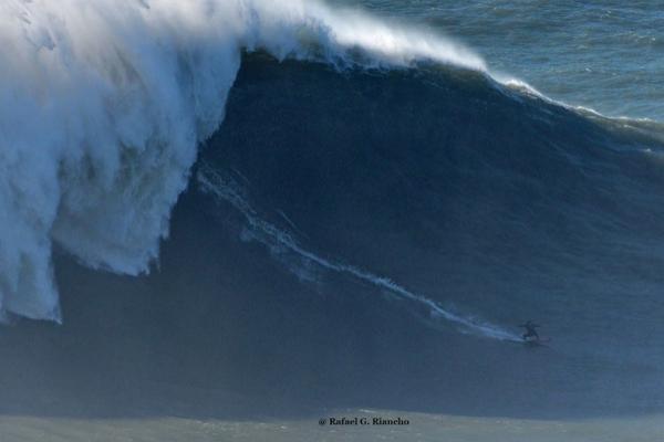 Imagen de Justine Dupont surfeando una ola de 20 metros hace un mes, fotografiada por Rafael Riancho.