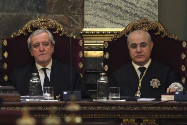 El magistrado del Tribunal Supremo Pablo Llarena (dcha.), instructor...