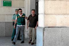 Federico Fresneda, conducido por un agente de la UCO de la Guardia Civil tras ser detenido en junio de 2014.