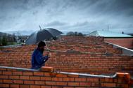 Un operario en un tejado afectado por el temporal Elsa en Galicia.