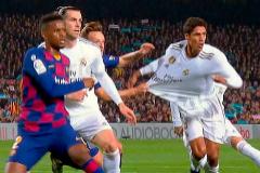 Varane, agarrado por Rakitic en el clásico del miércoles en el Camp Nou.