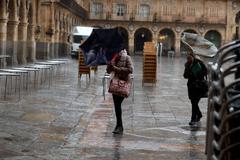 Viento y lluvia en la Plaza Mayor de Salamanca.