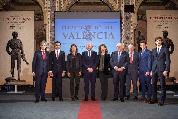 Toni Gaspar, presidente de la Diputación de Valencia, junto a los premiados en la entrega de loas trofeos taurinos.