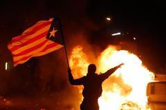 Un manifestante porta una estelada durante los altercados del pasado martes en Barcelona tras el partido entre el F.C. Barcelona y el Real Madrid.