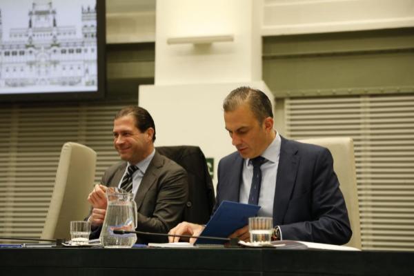 El portavoz de Vox, Javier Ortega Smith, y el concejal, Pedro Fernández, en el Pleno