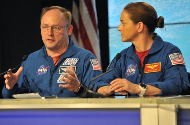 Los astronautas de la NASA Nicole Mann y Mike Fincke durante la rueda de prensa para explicar el fallo.
