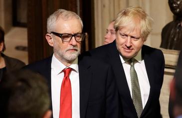 El primer ministro británico, Boris Johnson, mira al líder laboris, Jeremy Corbyn, ayer en Londres.