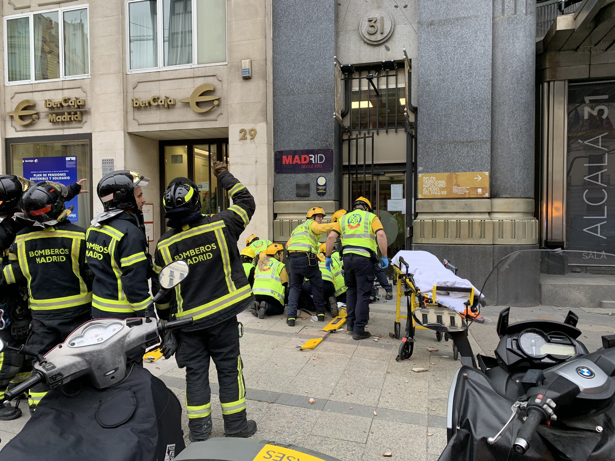 Los equipos de emergencia atienden a la mujer herida.