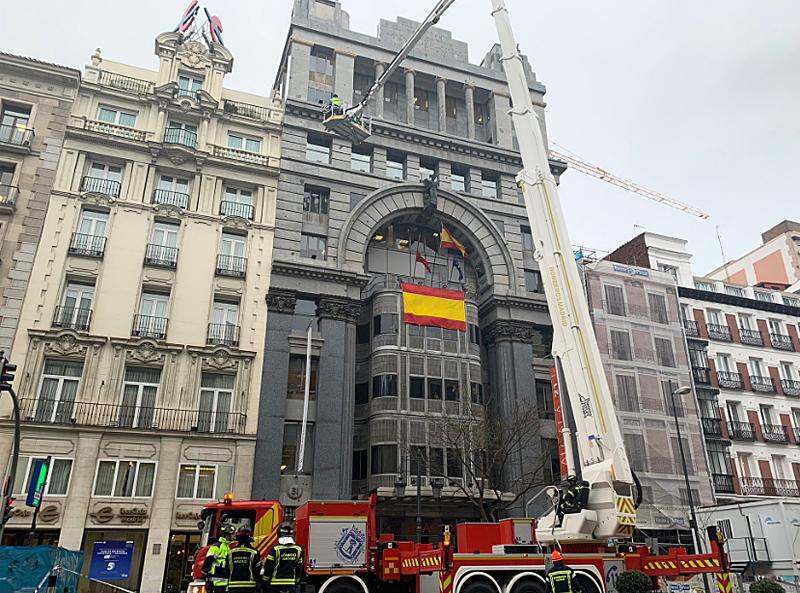 Los bomberos saneando la cornisa tras el suceso.