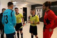 El árbitro explica a los capitanes de Mérida y La Nucía (de rojo) la suspensión del partido.