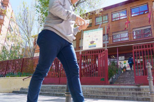 La Comunidad de Madrid prohibirá el uso de móviles en clase a partir del  curso 2020-2021 | Madrid