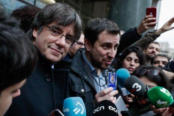 Carles Puigdemont y Toni Comin, a la puerta del Parlamento Europeo.