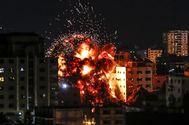 Un edificio de Gaza explota durante un ataque aéreo israelí, el pasado mayo.