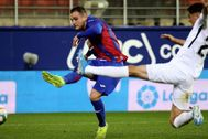 Kike García anota el 2-0 ante el Granada en Ipurua.