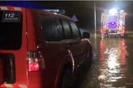 Actuación de los bomberos en las carreteras afectadas.